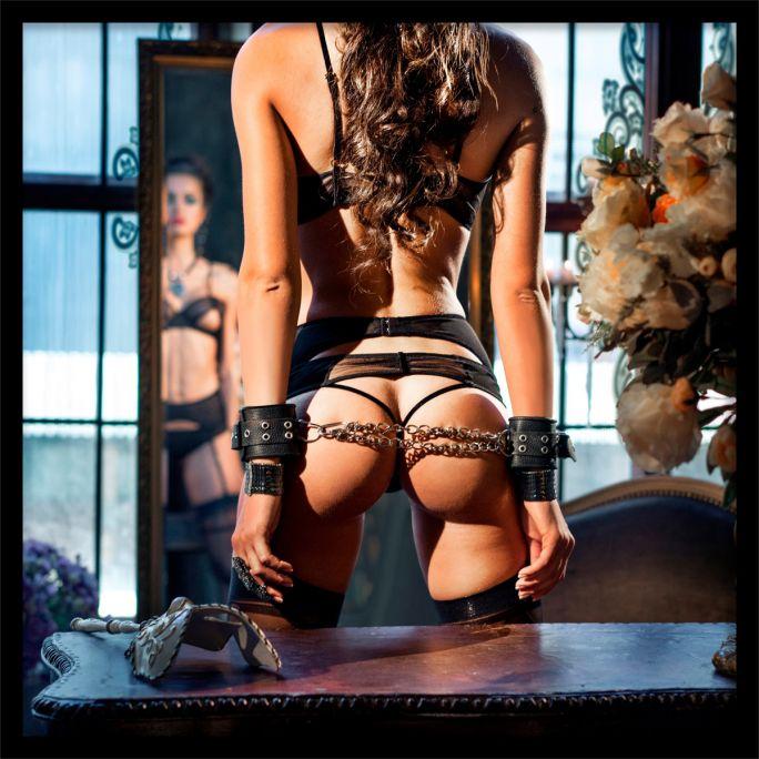 Wanddecoratie Chained Desire 120x120cmmet zwarte baklijst
