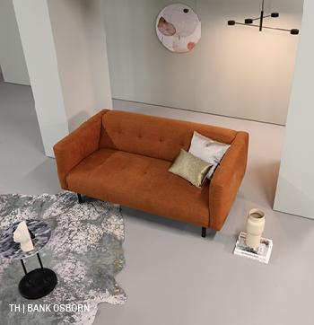 Bank osborn in een minimalistisch interieur van trendhopper