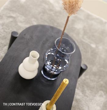 Voeg contrast toe met zwarte meubels of accessoires, zoals deze Trendhopper salontafel