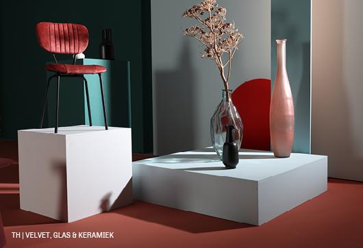 Combineer zachte velvet Geo stoel van Trendhopper met vazen van glas en keramiek