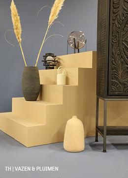 Vazen en pluimen in een minimalistisch interieur van trendhopper