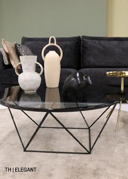 Elegante lijnen in tafels en accessoires van dit rustige retro interieur bij Trendhopper