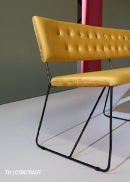 Contrasterende kleur in rustig retro interieur bij Trendhopper