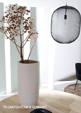 Combineer natuurlijke en gemaakte items zoals drooglbloemen en metalen lamp van Trendhopper