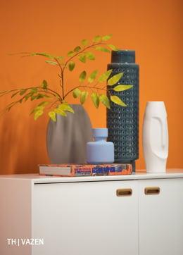 Vazen en kunstbloem op kast van Trendhopper #accessoires #dressoir