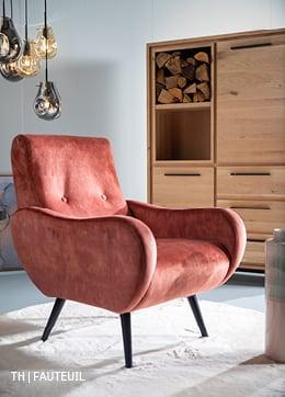 fauteuil in retro design bekleed met trendy velvet, zacht rond vloerkleed en kast van massief eiken uit de Trendhopper woonwinkel