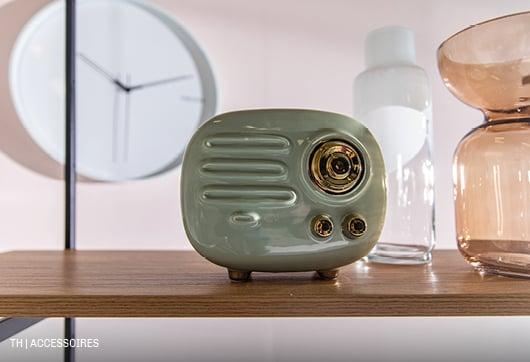 decoratieve keramieken spaarpot in de vorm van een radio en vazen uit de Trendhopper woonwinkel
