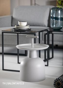 tweedelige bijzettafel met tafelbladen van rookglas en stalen frame en kunststof bijzettafel met handvat