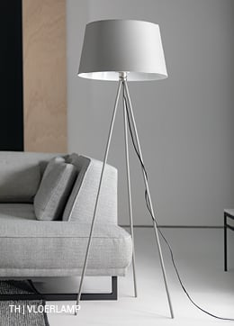 vloerlamp met 3 slanke metalen poten en stoffen lampenkap